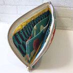大人気のキノコ柄♪中もカラフルでかわいいいファスナータイプの長財布です。中のコイン入れがオープンなので、ぺたんと厚みのないタイプのお財布です。スマートですが通帳ケースとしても使える大きさなので、通帳を持ち歩く方にとても便利です。ポケット4つ。コイン入れ1つ。カード入れ4つ。●カラー:キノコ 赤 緑●サイズ:縦12cm 横23cm 厚さ1.5cm ●素材:綿 ファスナー●注意事項:ひとつひとつ時間をかけて丁寧に作っております。様々な布を使って製作しているので一点物です。表面のみ家庭用のはっ水、防水加工をしておりますが、綿ですので、ひどい汚れや水濡れにはご注意ください。●作家名:midori#財布 #長財布 #ファスナータイプ #北欧 #布雑貨 #カード入れ #小銭入れ #通帳入れ #ロングウォレット #布製 #L型ラウンドファスナー #薄いのにたくさん入る #スマート #ロングタイプ #かわいい #大人可愛い #おしゃれ #派手カワ #個性的 #レディース #多機能 #仕切り#収納力抜群 #レトロ #ミニクラッチバッグ #大容量#プレゼント #贈り物 #ハンドメイド財布…