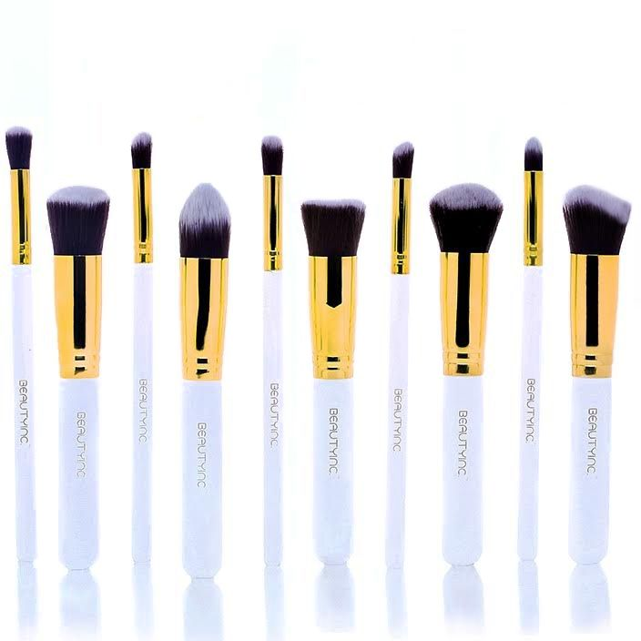 To Beauty Inc. Professional Kabuki Brush Set 10pcs White περιλαμβάνει 10 κομψά πινέλα που θα δώσουν επαγγελματική διάσταση στο καθημερινό σου μακιγιάζ! Τρίχα: - Χειροποίητα φτιαγμένα, έχουν duo – fiber συνθετικές ίνες υψηλής ποιότητας, οι οποίες είναι αντιβακτηριακές και κατάλληλες για ευαίσθητες επ