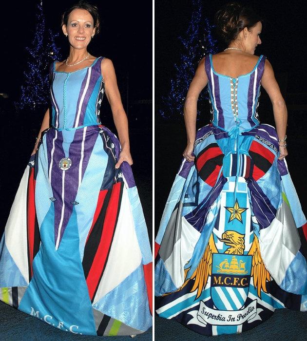 In de ban van het voetbal! Deze bruid draagt een jurk gemaakt van shirts van haar favoriete voetbalclub Manchester City.