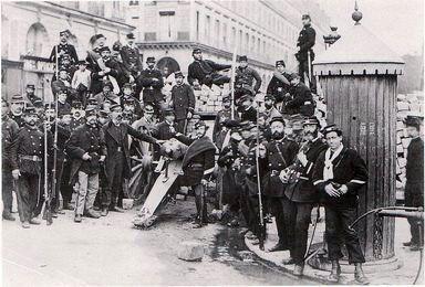 barricade communarde en 1871 pendant la commune de Paris