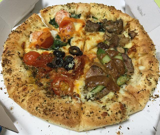 WEBSTA @ byunggunk - こないだ食べたドミノピザ!持ち帰り1 1お得!新しいメニュー食べた〜チーズンロールシェフのおもてなしクワトロ😋パンの中にチーズが〜やばい!彼女と1枚ずつ食べたははは..#夕飯 #夜ごはん #持ち帰り #お得 #ピザ #ドミノピザ #新メニュー #チーズンロール #おいしい #美味しい #美味しかった #うまい #먹방 #먹스타그램 #맛스타그램 #인스타푸드 #피자 #도미노피자 #신메뉴 #food #delicious #pizza