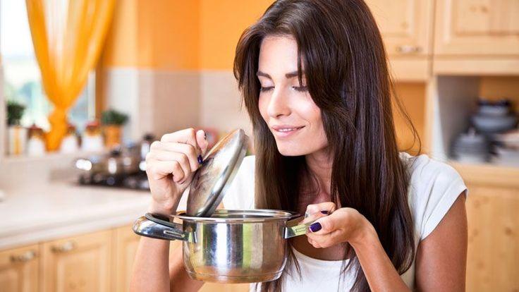 SOS kuchyňa: 10 tipov, o ktorých ste nikdy nepočuli 1. Puding sa vám nepripáli, ak dno hrnca potriete maslom. 2. Vajíčka vám neprasknú, ak do vody pridáte trochu octu. 3. Ak chcete, aby sa vám vajíčka ľahšie olúpali, tiež pridajte do vody trochu octu. 4. Strukoviny osoľte až vtedy, ak sú mäkké. Šošovicu, hrach alebo fazuľu je však dobré osoliť až po uvarení. 5. Ak sa vám stane, že presolíte polievku, zavarte do nej bielko alebo plátky zemiakov. Po uvarení tieto suroviny potom vyber...