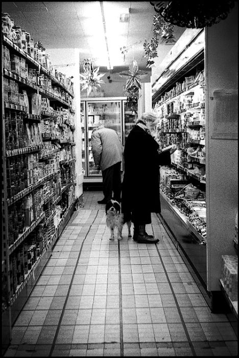 Dans le supermarché by David La Tache | #BlackAndWhite