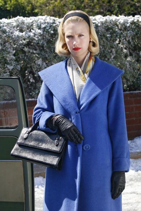 Бетти Дрейпер (дженьюэри Джонс) является воплощением стиля в начале 60-х годов с ее красной помадой, завила-под светлые волосы, синее пальто, структурированные черные сумки, кожаные перчатки и шарф Гермес. Если серьезно, то пребывание на дому мама может легко перевалить за идентичные Грейс Келли-близнец.