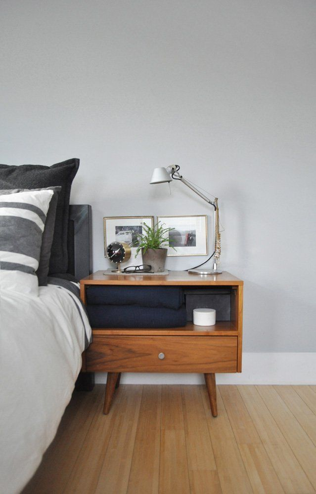 This time the combination of dark nightstand, gold accessories and mustard yellow highlights.
