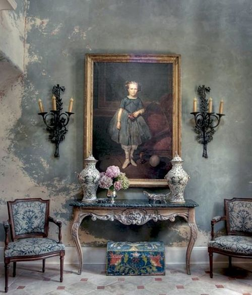 Isn't this wall just fabulous! Love the table, chairs and sconces, too. Nice painting.