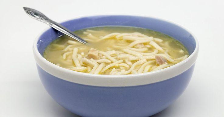 Tipos de sopas claras. Las sopas claras, a veces referidos como consomés, empiezan con una base de caldo traslúcido, según el sitio web Vintage Recipes. Las sopas de vegetales y carne son consideradas sopas claras, así como la mayoría de las sopas de pollo hechas con fideos o arroz. Sin importar cuántos granos, vegetales y carnes añadas a la sopa, si empieza con un ...