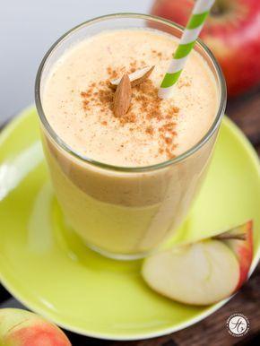 APFEL-MANDEL-ZIMT SMOOTHIE Zutaten für 1 Smoothie: 2 Äpfel, 1 Karotte, 200 ml kalte Mandelmilch, Saft von 1/2 Zitrone, 1 TL Zimt, 1 EL Agavendicksaft, 2-3 EL Mandeln (etwas in Mandelmilch eingeweicht)