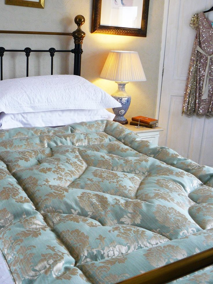 A beautiful damask eiderdown in a timeless shade of shades of green and gold with a complimenting cream cotton backing. Single & double eiderdowns.