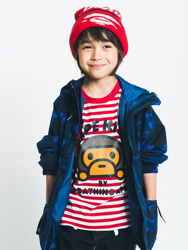 Um fashion kid da coleção da BAPE.