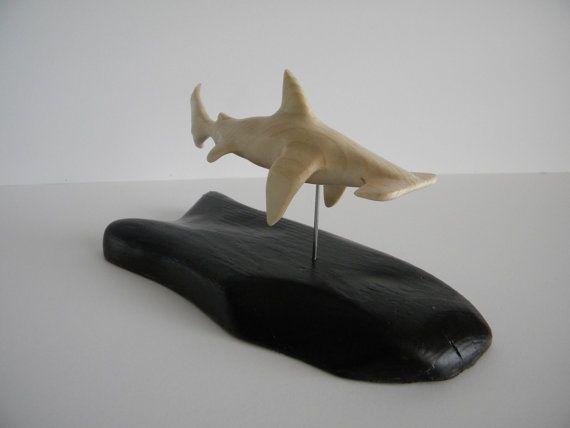 Talladas a mano madera de tiburón martillo y la por sumonabeach