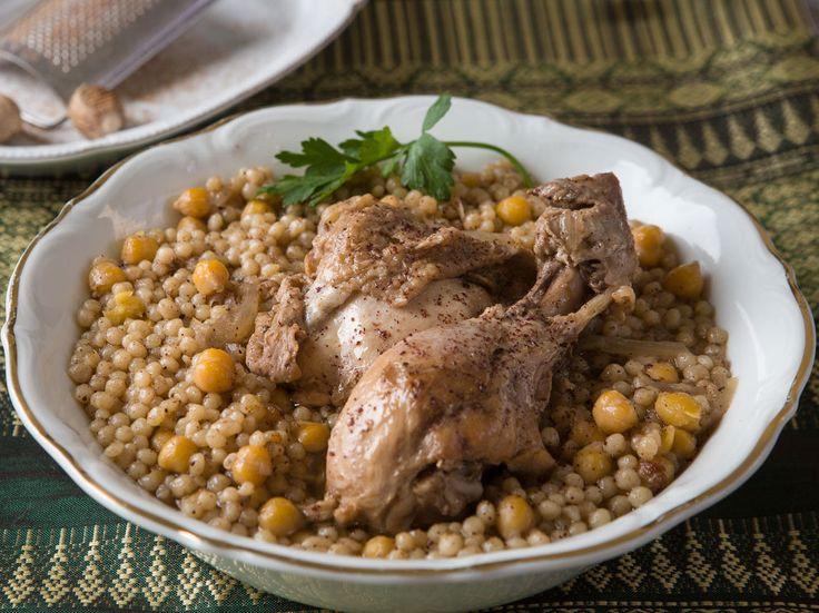 זה לא קוסקוס וגם לא ממש פתיתים, אבל זה מאוד טעים. המפתול, מנה מנחמת מהמטבח הערבי שאתם חייבים להכיר. השף אליאס איוב מכין לנו סיר גדוש בגרגרים חמימים יחד עם עוף...