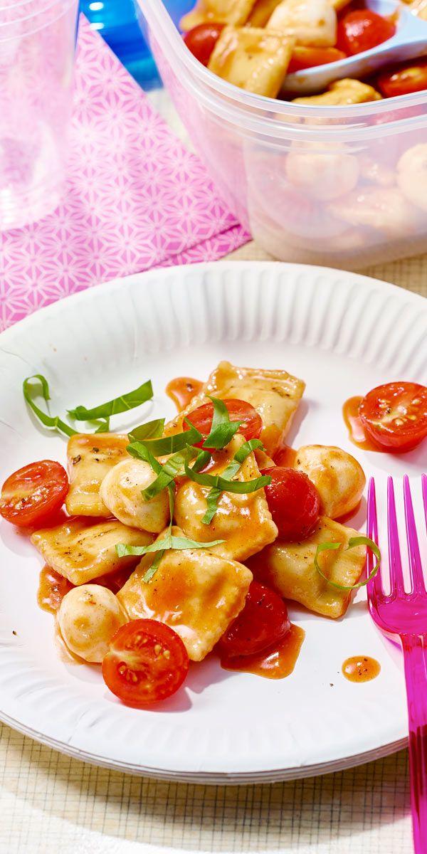 Schnell, einfach & lecker: der Raviolisalat mit Kirschtomaten und Mini-Mozarella, perfekt auch für dein nächstes Picknick!