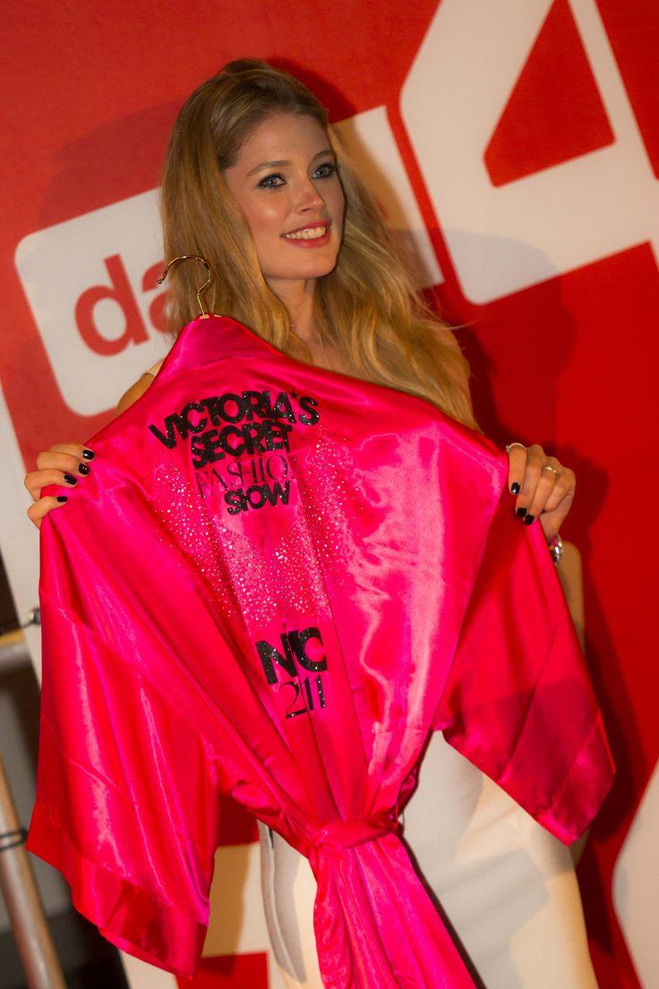 Doutzen veilt kledingstukken die ze ooit voor de Victoria's Secret Show droeg.