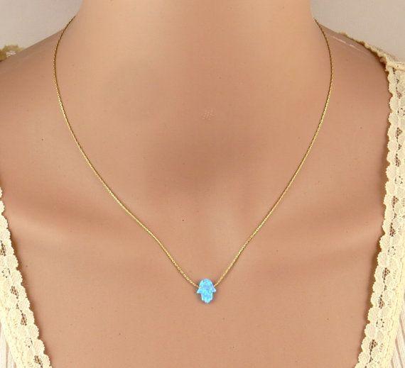 Collar de Hamsa, collar de oro, colgante de ópalo hamsa, hamsa de mal de ojo, delicado collar, colgante mano, delicado collar, joyería marroquí:  El hamsa es un amuleto en forma de palmera popular en todo Oriente Medio y norte de África y significa cinco en árabe. Comúnmente utilizado en joyería como un encanto que proporciona una defensa contra el mal de ojo.  Este hermoso collar de encanto de hamsa de ópalo azul cuelga de una cadena de oro llenada y cerrada con el armario de primavera…