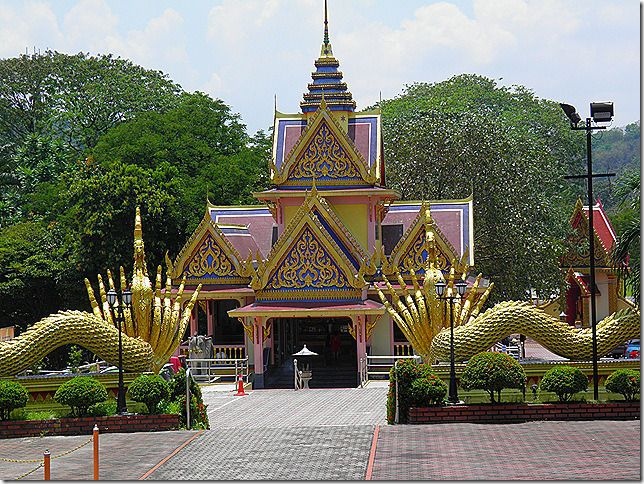 The Thai Buddhist Chetawan Temple, more commonly known as Wat Chetawan, is located in the heart of Petaling Jaya, Kuala Lumpar's thriving satellite city.