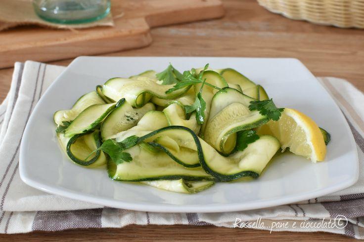 Le zucchine marinate al limone sono un piatto ricco di sapore e perfetto per chi sta' a dieta. Si consiglia di condirle con poco olio!