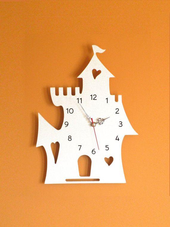 Orologio per camerette in legnoCastello  idea di MAMMprogetti