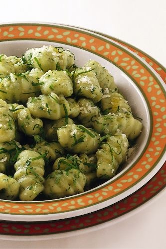 Una ricetta facile per gli gnocchi fatti in casa con qualcosa in più. Rucola nell'impasto e nel condimento. Provate, seguite le istruzioni step by step