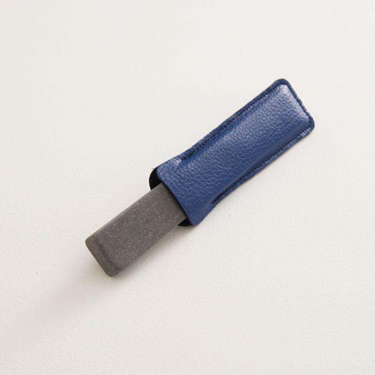 pierre à aiguiser naturelle avec son étui bleu