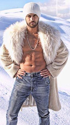 La haina bej de reiat cu gluga, cu gulerul de vulpe polara sau rosie, blugi si fes alb