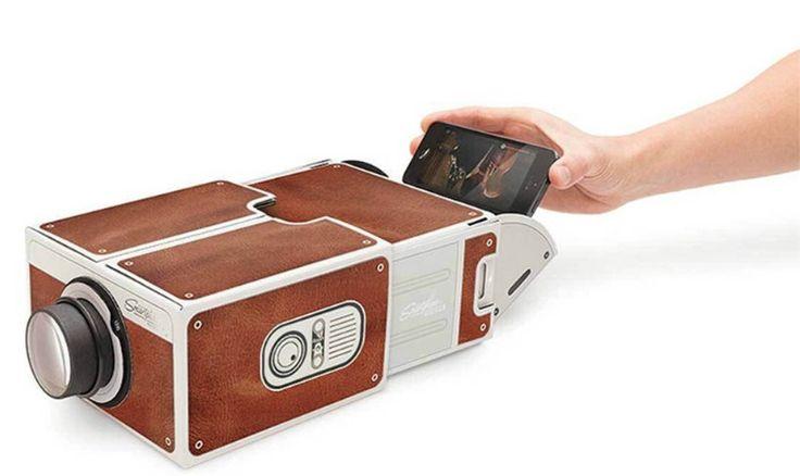 ТОП 10 необычных подарков: 7 место Проектор для смартфона -http://ali.pub/cxosu Сколько стоит: 713 Р Сколько будет ехать: до 50 дней  Что сказать, когда даришь: Это картонный проектор для смартфона. Включите кино на телефоне, вставьте его внутрь и смотрите на стене. Конечно, такой классной картинки, как в кинотеатре, не будет, но на смешной ролик качества хватит. А еще этот проектор нужно собрать самостоятельно.