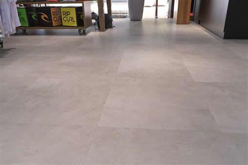AECweb | Piso vinílico simula concreto e evita quebra da superfície existente em loja | Revitech Pisos