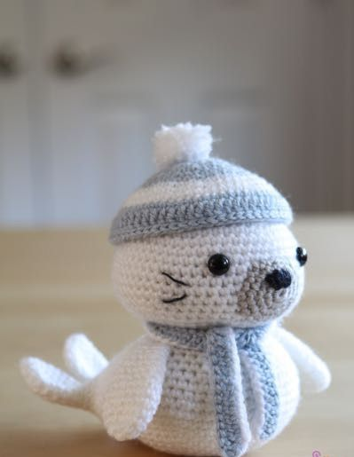 Çok sevimli bir amigurumi örgü oyuncak modeli var karşınızda. Çok ama çok sevimli bir fok. Hadi başlayalım. Amigurumi Fok Balığı Nasıl Yapılır ? Örgüde Kul