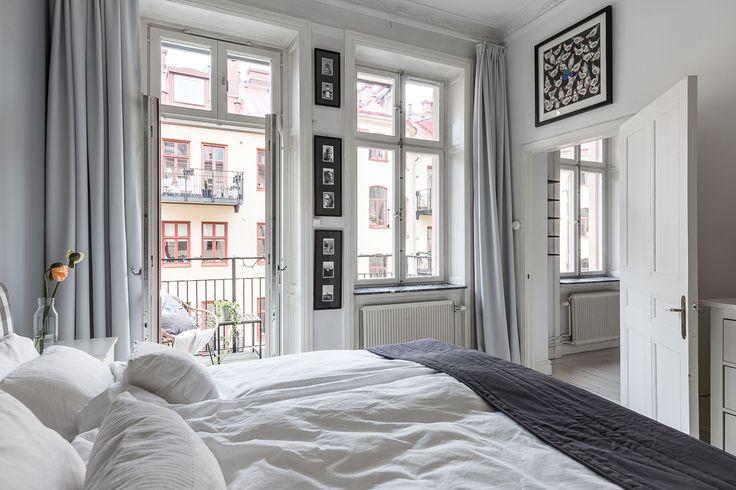sovrum grå gardiner tavlor