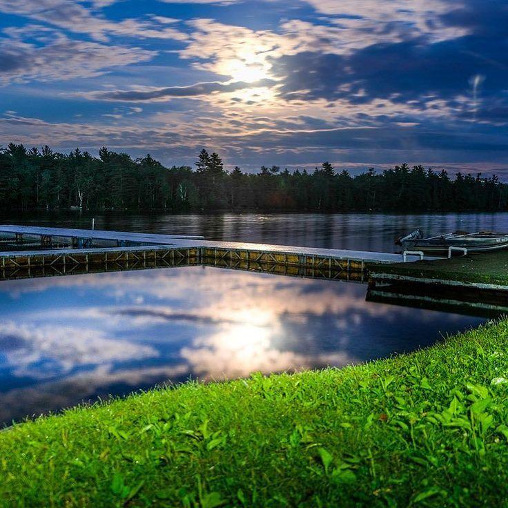 Luna llena en el lago aunque con nubes. El césped pintado con una linterna. . . . #campwinnebago #igersmaine #maineigers #echolake #lake #fujifilmxt2 #fujifilm #fujixt2 #fujixseries
