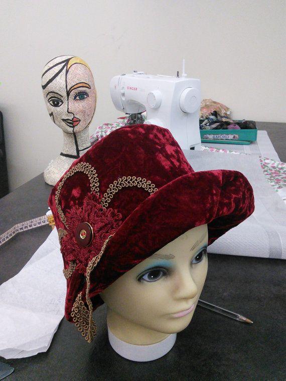Ehi, ho trovato questa fantastica inserzione di Etsy su https://www.etsy.com/it/listing/257726545/cappello-donna-velluto-rosso