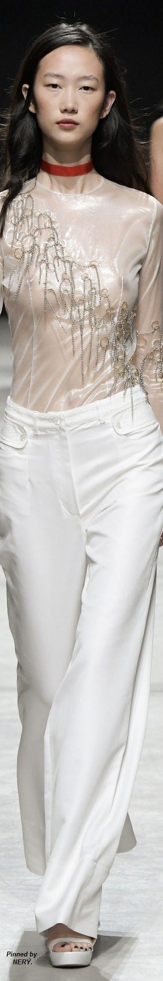 Guy Laroche Spring 2017:  gosto e é adequada a imitar, transformando o vestuário com a aplicação de correntes metálicas!