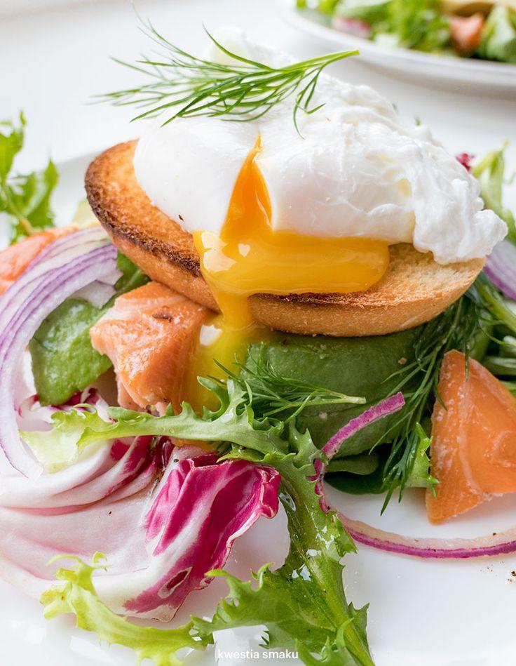 Sałatka z awokado, wędzonym łososiem i jajkiem w koszulce
