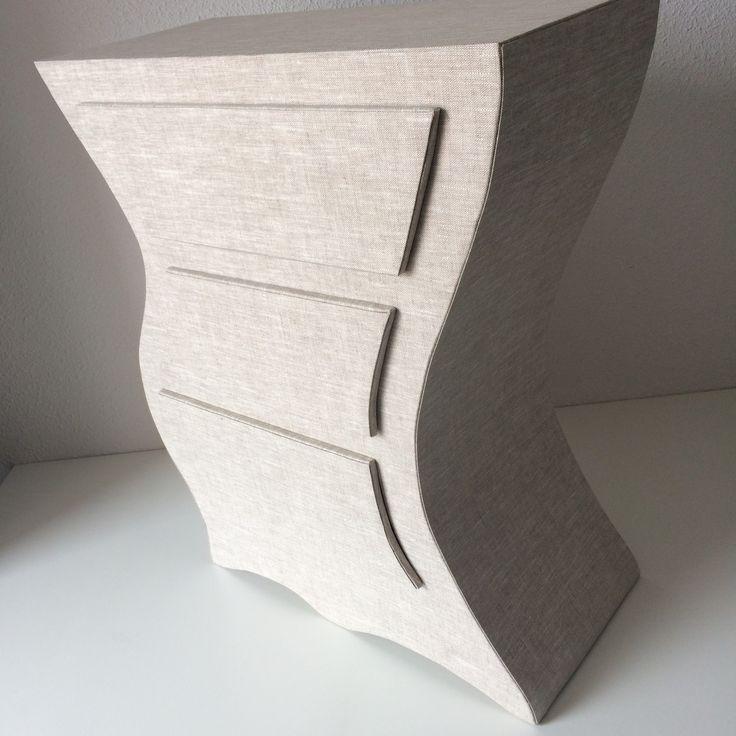 Table de chevet recouverte de tissu enduit couleur lin