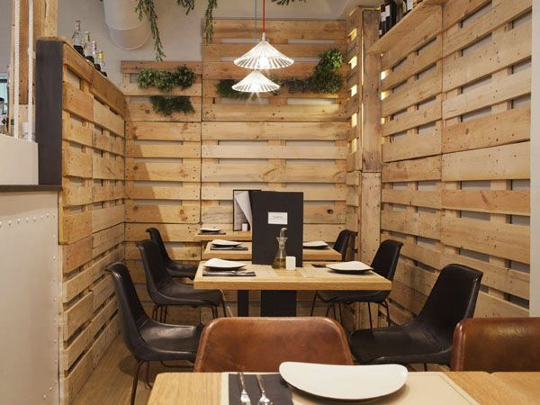 Restaurante con paredes de pallets ideas de bar y for Decoracion baules madera