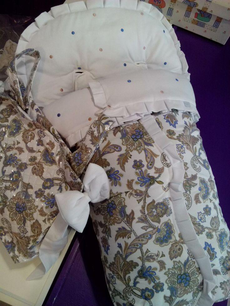 bebeteca. Saco de silla confeccionado con piqué bordado de bodoques combinado con estampado rompedor.
