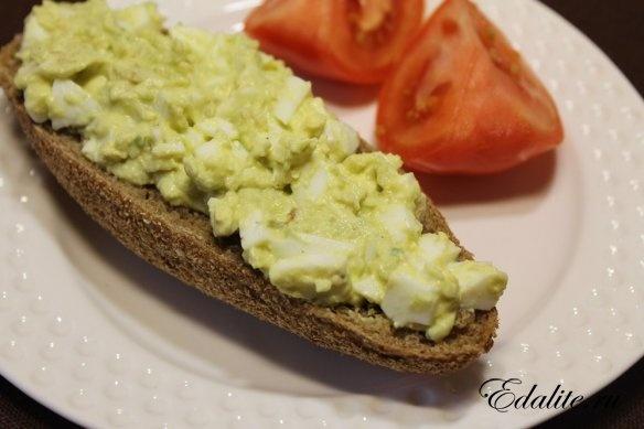 Салат из авокадо с яйцом — 142 ккал