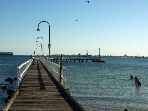 Mezcla de lo antiguo y lo moderno, Port Melbourne es un dinámico suburbio junto a la bahía. Durante todo el año, transeúntes, corredores y ciclistas recorren el sendero surcado por palmeras que abraza la playa de Port Melbourne.