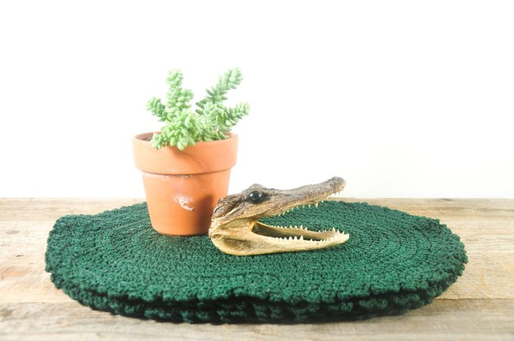 Forest green placemats on framestr.com