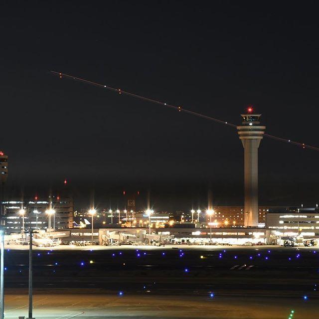 Instagram【aramiii11】さんの写真をピンしています。 《羽田空港✈️ . . . #羽田空港 #羽田空港国際線ターミナル #空港からの景色 #夜景 #綺麗 #カメラ女子 #カメラ好きな人と繋がりたい #飛行機好きな人と繋がりたい #飛行機大好き #❤️ #✈️ #一眼レフ初心者 #シャッタースピードも勉強中 #tokyointernationalairport #hanedaairport #airport #airplane #✈︎ #nightview #beautiful》