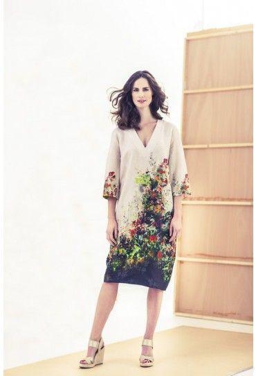 Deze jurk met diepe V-hals heeft de uitstraling van een kunstzinnige Japanse kimono door de fraaie bloemenrand.