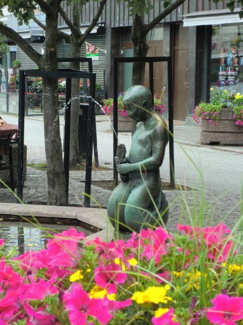 """Trygve Dammens """"Havgutten"""" har siden 1935 pyntet Torvet i Lillestrøm, og er blitt en kjær skulptur og fontene for så vel store som små Lillestrømlinger."""
