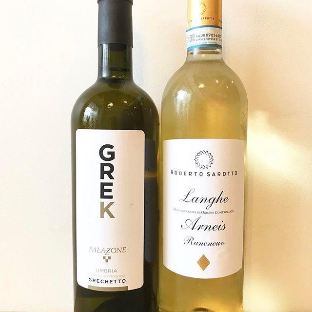 グラスワイン入れ替え始めました!  まずは白ワイン2種。  写真左 『グレック グレケット 2015 パラッツォーネ』  イタリア中部のぶどう品種グレケットを100%使用。  適度に甘味のある果実味と優しい酸味のワインです。  写真右 『ランゲ アルネイス ラングネヴ 2015 ロベルト サロット』  花や果実の少し甘さのある香り、フルーティーでスッキリ、アーモンドの風味も。  オステリアメグロではグラスワイン12種類を全てイタリアワインで用意しています!  色々お試しくださいませ。  本日、テーブル席はご予約を頂いておりますが19:30まででしたらご利用頂けます!  カウンター席はご用意できますのでどうぞよろしくお願い致しますm(_ _)m  #オステリアメグロ#グラスワイン#ワイン##イタリアン#学芸大学#パスタ#肉 #魚 #カウンター #ディナー