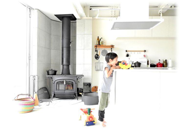 キッチンに設置されたアメリカ・バーモントキャスティングス社の薪ストーブ「アンコール」です。    #kitchen  #island kitchen  #wood stove  #ideas  #design  #encore  #vermont castings  #interior
