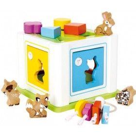 Tento Triediaci box z jemne lešteného bukového dreva funguje ako škola motoriky, ale nie len to. Deti si na ňom môžu trénovať rozpoznávanie farieb a tvarov pomocou 8 kociek. Naučia sa tiež hravo otvárať 4 dvere rôznymi drevenými kľúčmi. Takisto obsahuje dvojdielnu strechu, ktorá sa dá oddeliť. Drevená hračka Triediaci box hravo vytrénuje vašim deťom jemnú motoriku prstov.