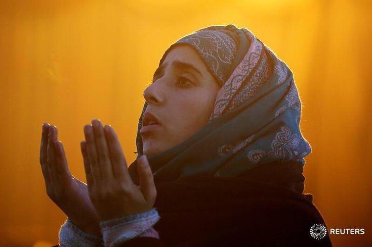 Eine Frau betet während des Festes von Eid-e-Milad-ul-Nabi, dem Geburtstag des islamischen Propheten Mohammed, am Hazratbal-Schrein in Srinagar am 1. Dezember 2017. REUTERS / Danish Ismail #religion #srinagar #prayers # Reuters #reutersfotos #islam Source