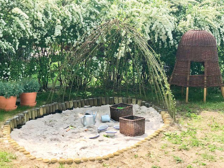Bodennaher Natursandkasten aus Palisaden mit Weidendach, hier finden Sie …   – Gärtnern mit Kindern | Gruppenboard
