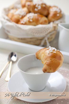 Cornetti di pasta brioche, ricetta veloce e facile da preparare. Ideale per la colazione, merenda, buoni come al bar. Soffici e morbidi per più giorni.