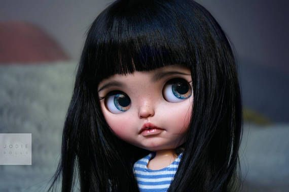 Iza is an original Neo Blythe ebl Fruit Punch with a new scalp which a gave a haircut. Work done - Pastel make-up sealed with satin coat. - eyeballs are replaced (original) because they were yellow of color. - airbrushed eyelids - sleepy eyes - boggled eyes - haircut - freckles -