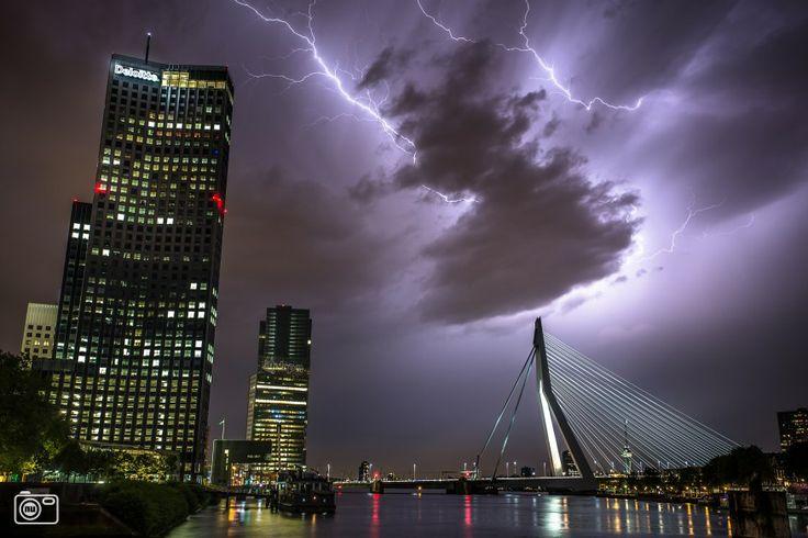 Wat een schitterende foto. Onweer boven Rotterdam